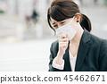 마스크를 한 비즈니스 우먼 거리에서 정장을 입은 일본인 여성 45462671