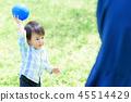 แม่และเด็กเล่นลูกบอล 45514429