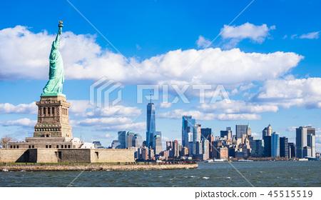 自由女神像和一個摩天大樓在曼哈頓 45515519