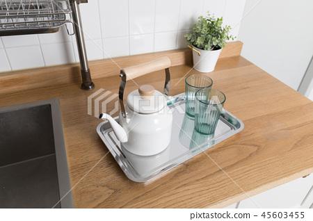 주방용품이 있는 식기 건조대 이미지, 화이트 배경의 부엌 45603455