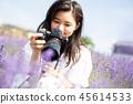꽃밭과 카메라를 가진 여성 인물 45614533