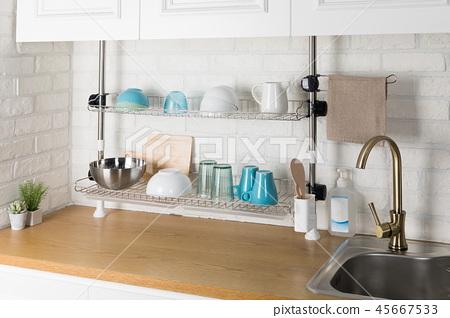 주방용품이 있는 식기 건조대 이미지, 화이트 배경의 부엌 45667533
