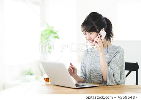 여자 거실 컴퓨터 재택 근무 SOHO 라이프 스타일 45696487