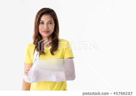 Broken arm woman isolated. 45766287