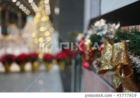 聖誕樹與聖誕節的裝飾 45777919