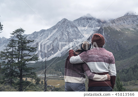 young couple traveler looking beautiful landscape 45813566