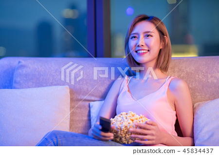 woman watch tv with popcorn 45834437