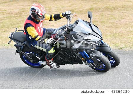 삼륜 오토바이의 코너링 45864230