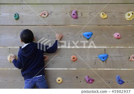 Elementary school students (third grader) playing bouldering 45982937