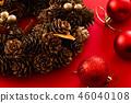 빨간색 배경에 크리스마스 장식 46040108