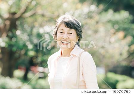 微笑的资深妇女公园 46070769