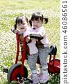 빨간 세발 자전거를 타는 쌍둥이 소녀 46086561