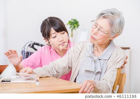 식사를 거부 노인과 해당 간병인 노인 간호 46111198