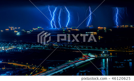 高速公路的光線和閃電 46120625