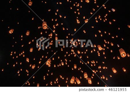 태국 치앙마이의 코무로이 축제의 등불 46121955