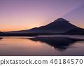 本栖湖和日出富士山 46184570
