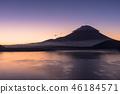 本栖湖和日出富士山 46184571