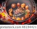 숯불에서 닷지 오븐 Cooking in a Dutch oven 46194421