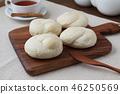 나무 도마에 올려 놓은 식빵 커피 테이블 46250569