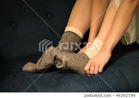 一個寒冷的年輕日本女人,反复穿襪子 46262596