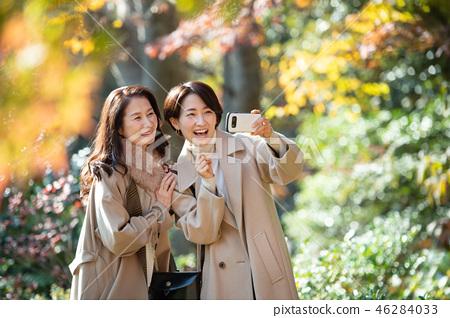旅行秋天秋葉母親女兒父母和兒童家庭旅行圖像 46284033