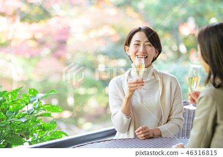 中間女性餐館多士旅行圖像 46316815