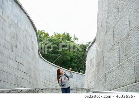 젊은여자, 대학생,한국,여행,돌담길, 카메라, 서울 46326567