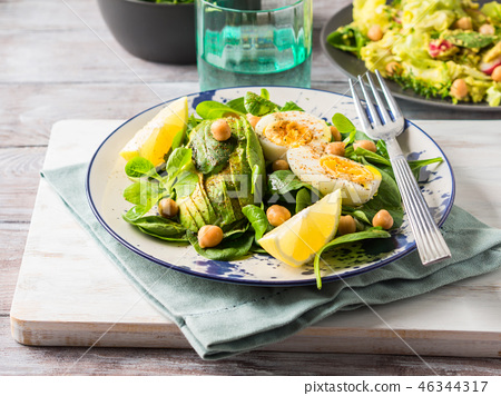 Avocado spinach salad with chickpeas and eggs 46344317