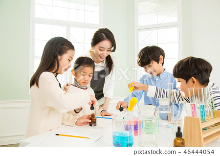 Young Students In Science Class With A Female Teacher 46444054