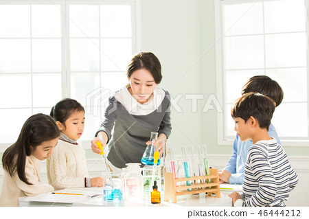 Young Students In Science Class With A Female Teacher 46444212