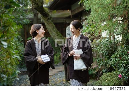 溫泉室外浴yukata女性父母孩子溫泉旅行圖像 46467521