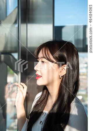 여자 여성 대학생 소녀 귀여움 도시 낭만 여유  46484065