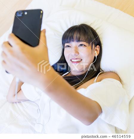 亞洲台灣中國女性居家攝影生活風格清晨自拍美女喜悅開心耳機音樂手機 46514559