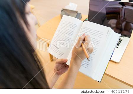 阿祖族婦女一件坐在屏幕上。 Shosha的封面。用鉛筆。喝咖啡。 46515172