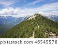 天空晴朗,山脉呈蓝色。 46545578