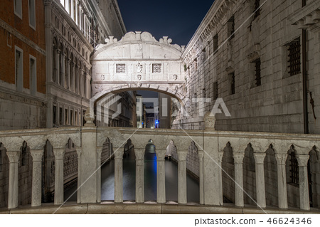 Night view of the Bridge of Sighs Venice, Italy. 46624346