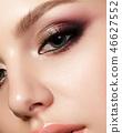 woman makeup eyeshadow 46627552