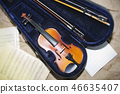 Violin neck on music papers background. Foto. 46635407