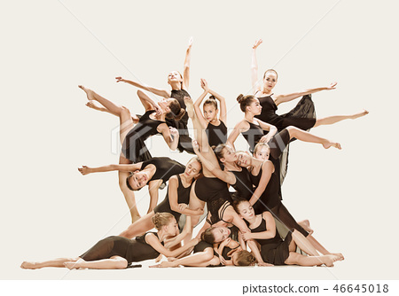 The group of modern ballet dancers 46645018