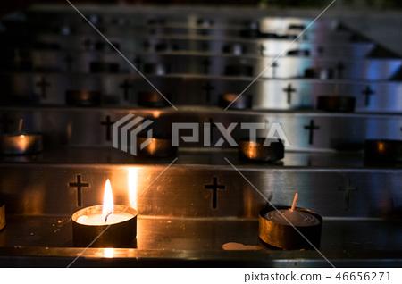 金燭台,燃燒的蠟燭,一所宗教學校。 46656271