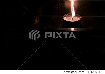 金燭台,燃燒的蠟燭,一所宗教學校。 46656316