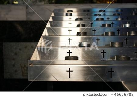 金燭台,燭光,神父的殿堂。 46656788