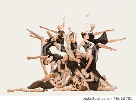 The group of modern ballet dancers 46662780