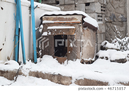 Snow-covered doghouse.  46715857