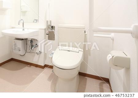 新建的牙科診所清潔廁所 46753237