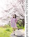 젊은 여자와 벚꽃 46770596