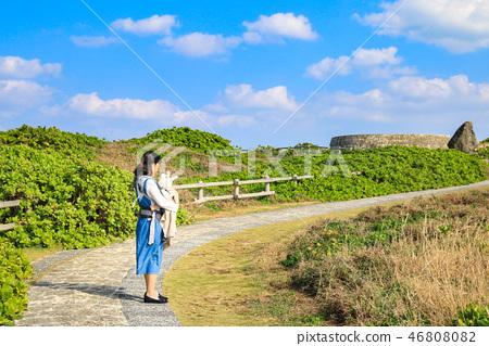 일본 오키나와 잔파곶 잔파공원 산책로의 엄마와 아기 46808082