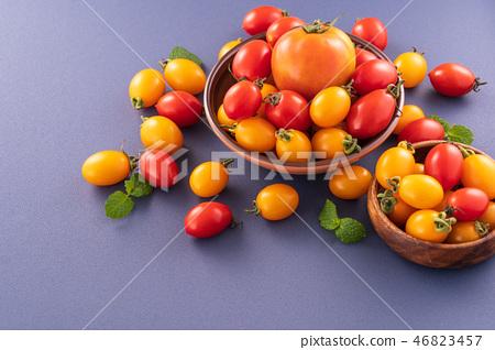 小茄子茄子茄子靛藍背景水水果新鮮櫻桃番茄櫻桃番茄 46823457