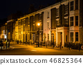 새벽 영국 시골의 도버의 거리 벽돌 건물과 얇은 노란색 가로등 46825364