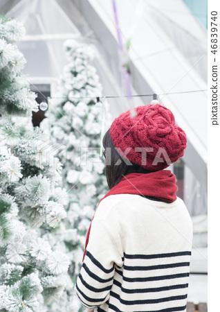 女孩在人造雪的庭院 46839740